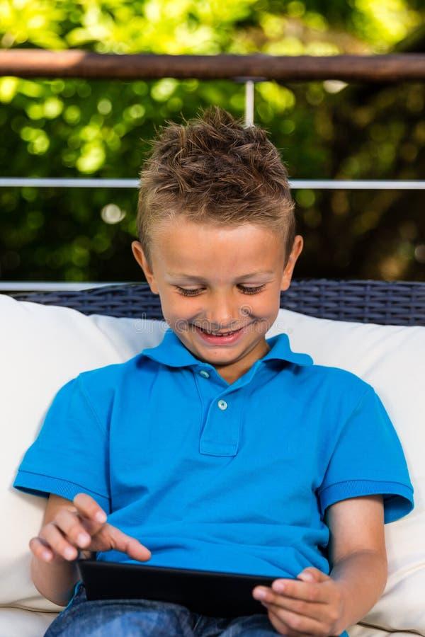 Jonge jongen met tablet royalty-vrije stock afbeelding