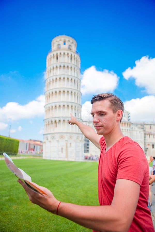 Jonge jongen met toristic kaart op reis naar Pisa Toerist die bezoekend de Leunende Toren van Pisa reizen royalty-vrije stock fotografie