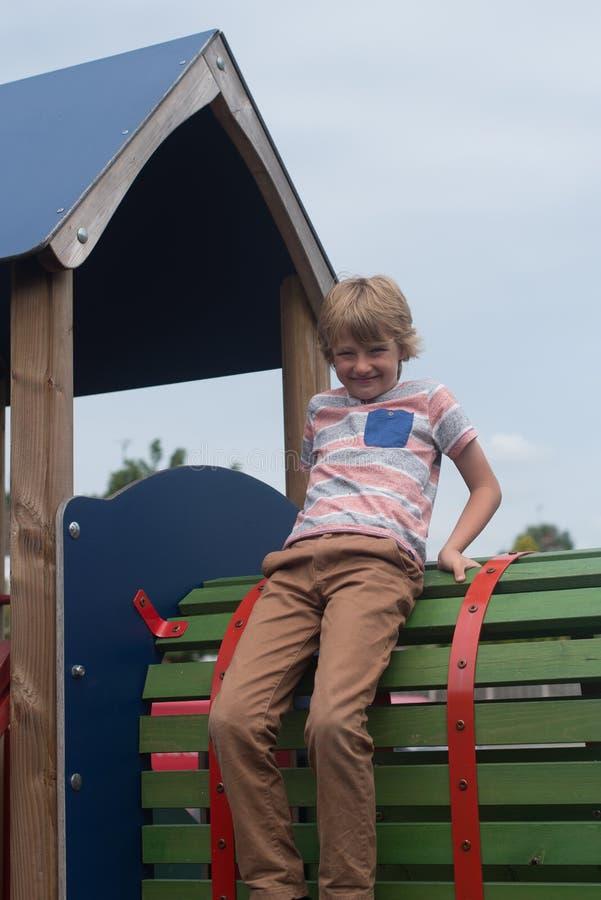 Jonge jongen op klimrek royalty-vrije stock afbeeldingen