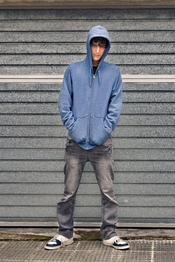Jonge jongen op stedelijke achtergrond stock foto's