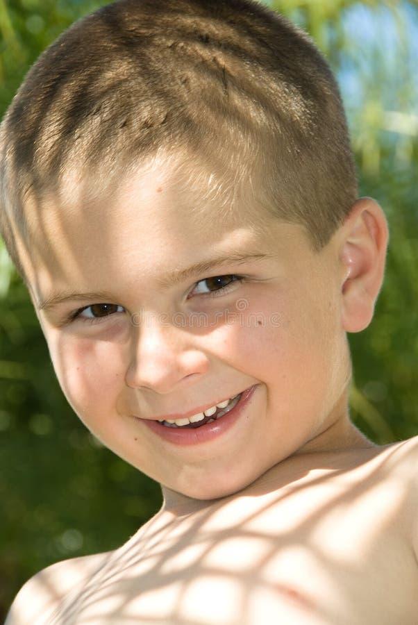 Jonge jongen in openlucht royalty-vrije stock afbeeldingen