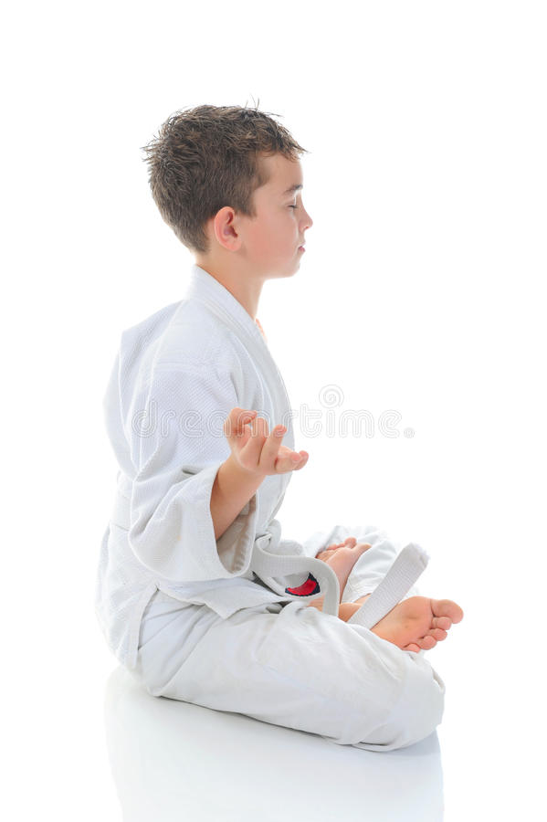 Jonge jongen opleidingskarate. stock fotografie
