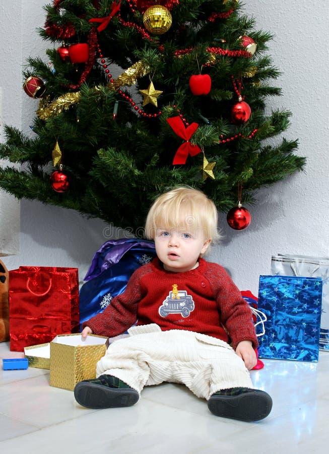 Jonge jongen of peuter onder een Kerstmisboom royalty-vrije stock foto's