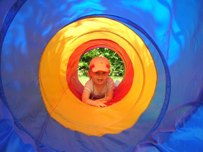 Jonge jongen in spel-tunnel royalty-vrije stock fotografie