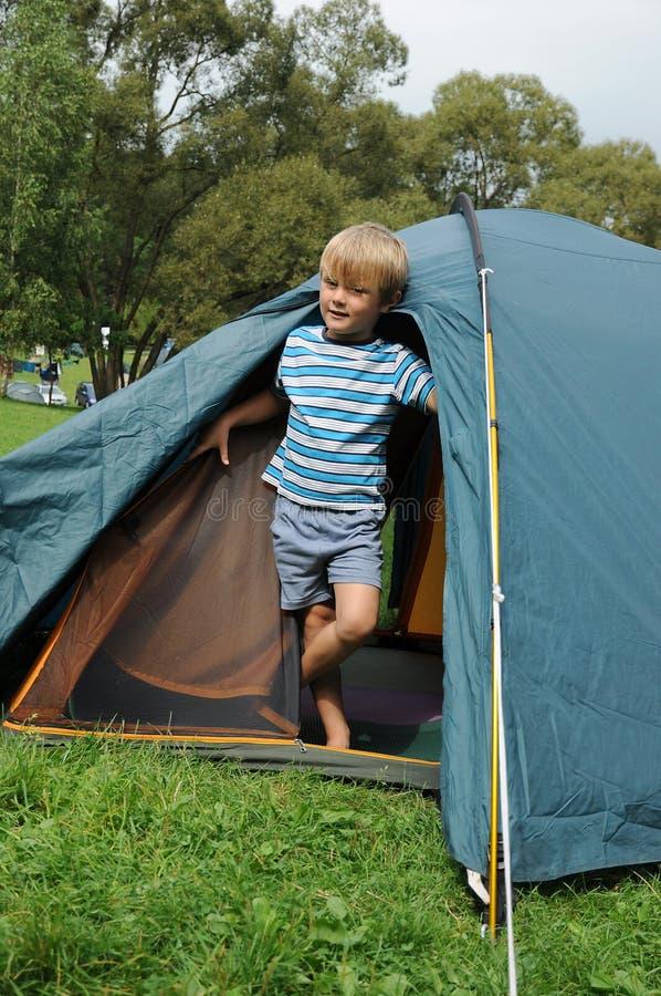 Jonge jongen in tent stock afbeelding