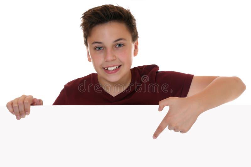 Jonge jongen of tiener die lege banner met exemplaarruimte tonen royalty-vrije stock fotografie