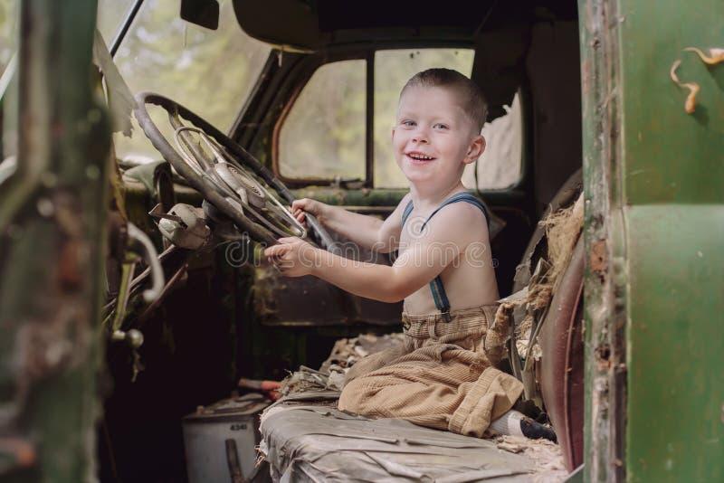 Jonge jongens drijfvrachtwagen royalty-vrije stock afbeelding