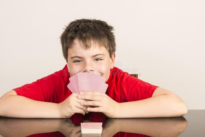 Jonge jongensspeelkaarten stock afbeeldingen