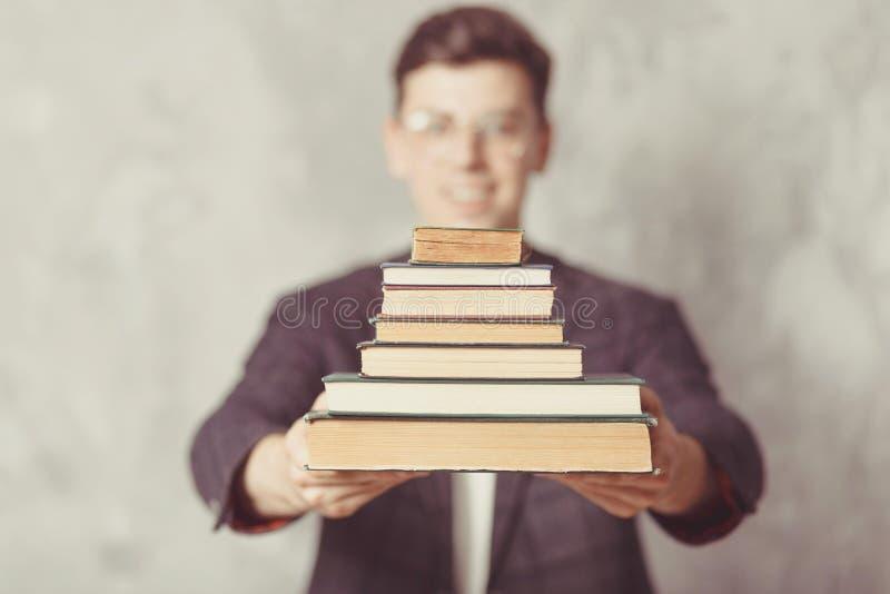 Jonge jongensstudent met boeken in glazen de gelukkige kerel wil lerend, heeft onderwijs Online Onderwijs Studie in school Mannel stock foto's