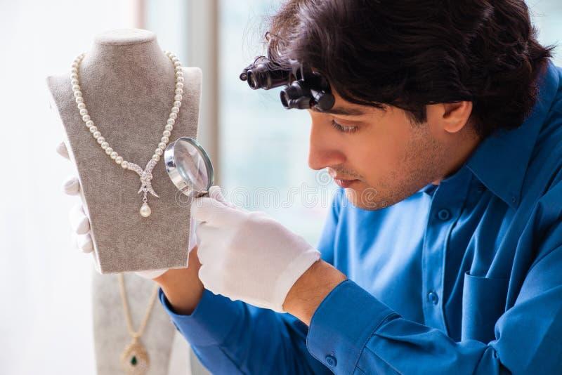 Jonge juwelier die in zijn workshop werkt royalty-vrije stock afbeeldingen