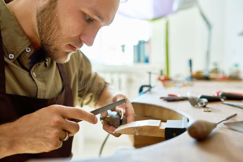 Jonge Juwelier Making Ring Closeup royalty-vrije stock afbeelding