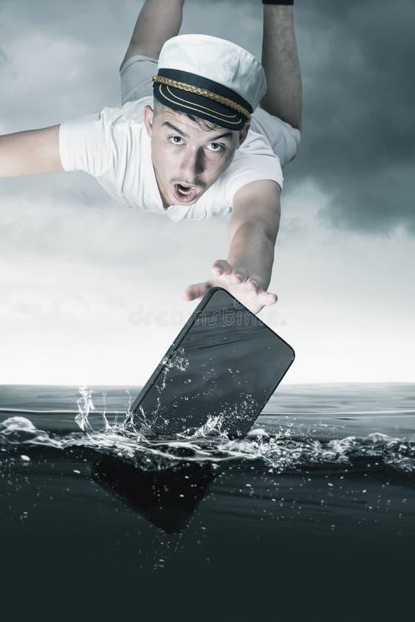 Jonge kapitein die na smartphone vliegen die die in zeewater vallen stock fotografie