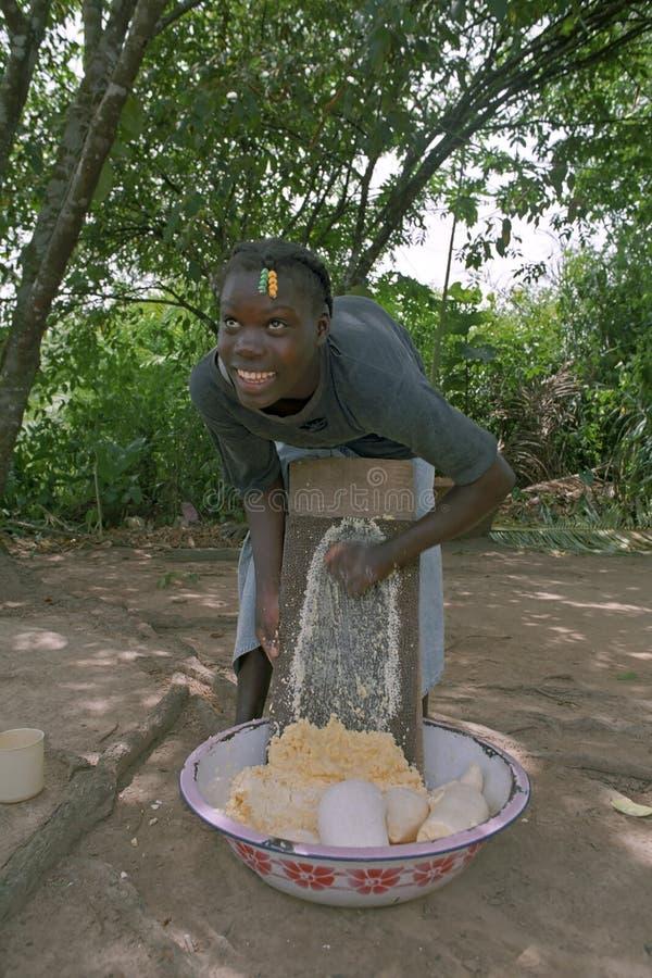 Jonge Kastanjebruine vrouwengrating maniok, Suriname royalty-vrije stock afbeeldingen