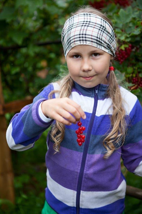Jonge Kaukasische in hand de rode aalbes verse bessen van de meisjesholding, bekijkend camera royalty-vrije stock fotografie