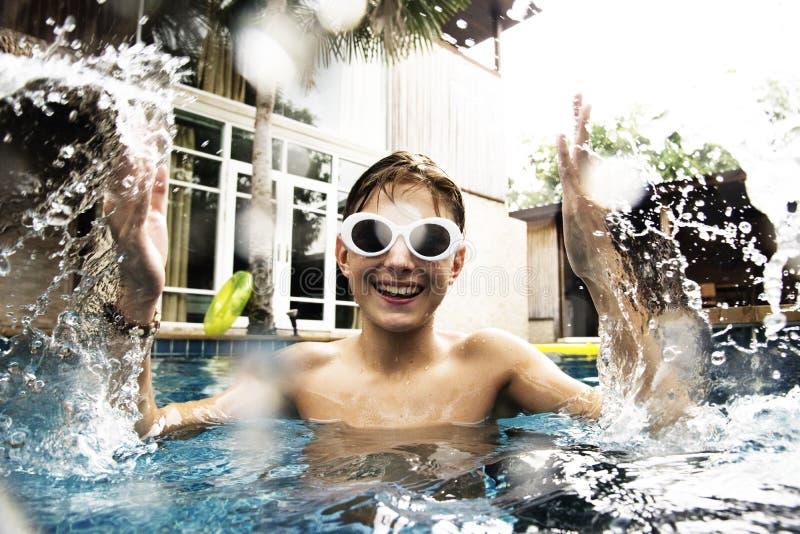Jonge Kaukasische jongen die van de pool genieten stock fotografie