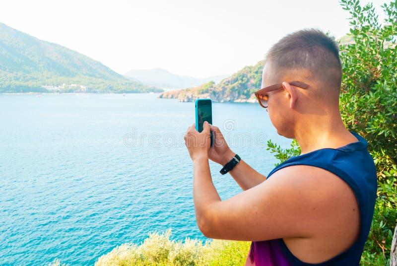Jonge Kaukasische mens die foto nemen royalty-vrije stock afbeelding