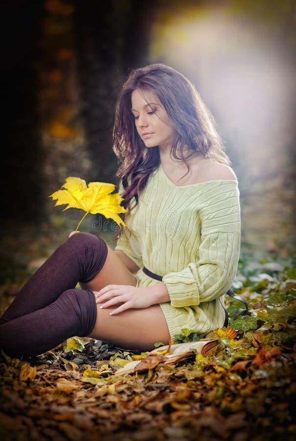 Jonge Kaukasische sensuele vrouw in een romantisch de herfstlandschap. Dalingsdame. Manierportret van een mooie jonge vrouw in bos stock foto's