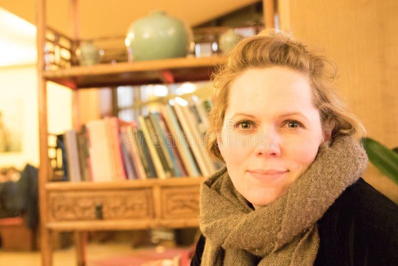 Jonge Kaukasische vrouw, close-upportret, binnen royalty-vrije stock afbeelding