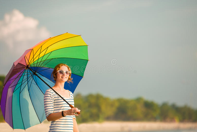 Jonge Kaukasische vrouw die zonnebril dragen met royalty-vrije stock afbeeldingen