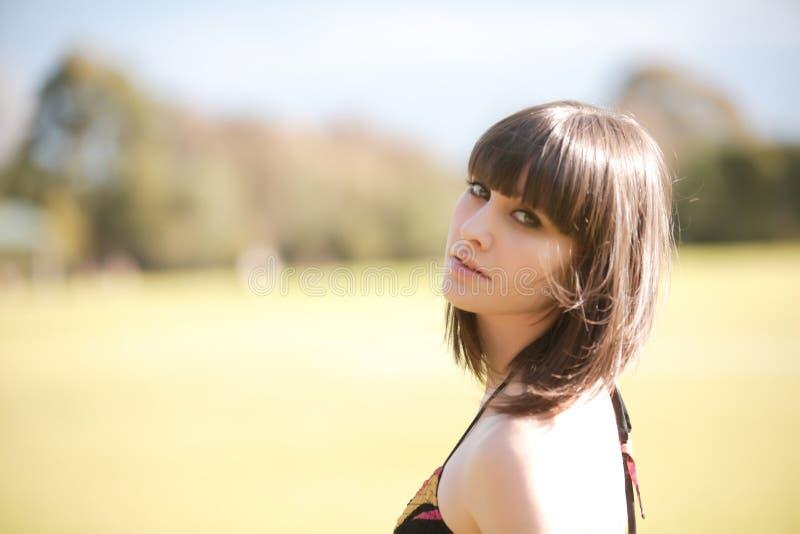 Jonge Kaukasische vrouw in een park met zacht licht royalty-vrije stock foto's
