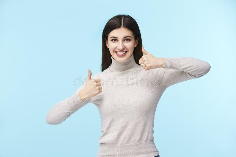 Jonge Kaukasische vrouw met twee omhoog duimen stock afbeeldingen