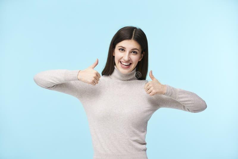 Jonge Kaukasische vrouw met twee omhoog duimen stock afbeelding
