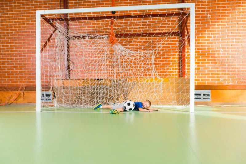 Jonge keeperduik om de bal te bewaren stock fotografie