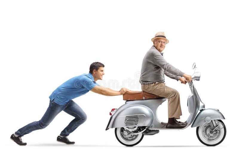 Jonge kerel die een bejaarde op een uitstekende autoped duwen royalty-vrije stock afbeelding