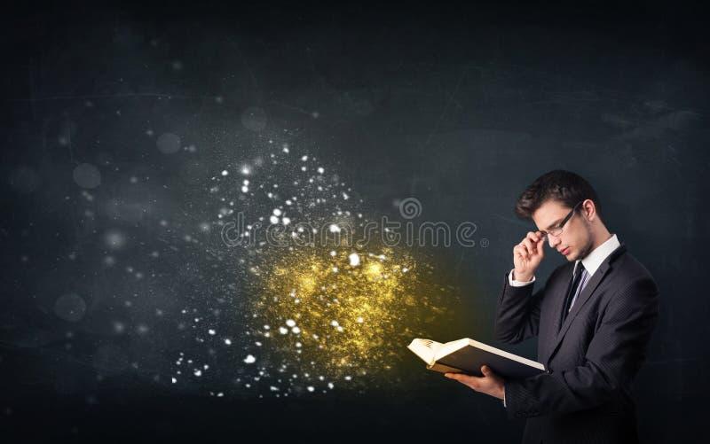 Jonge kerel die een magisch boek lezen royalty-vrije stock foto