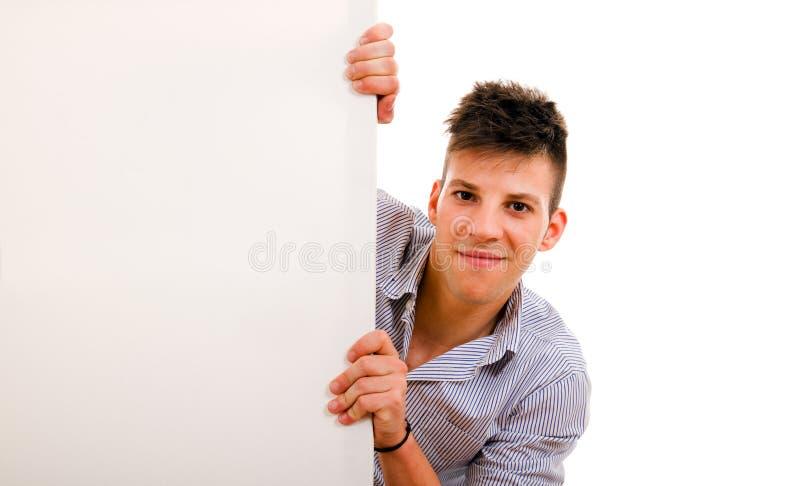 jonge kerel die leeg aanplakbord houden royalty-vrije stock afbeeldingen