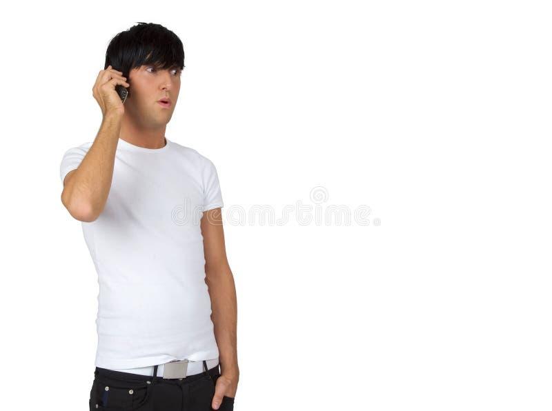 Jonge kerel die op celtelefoon spreekt stock foto