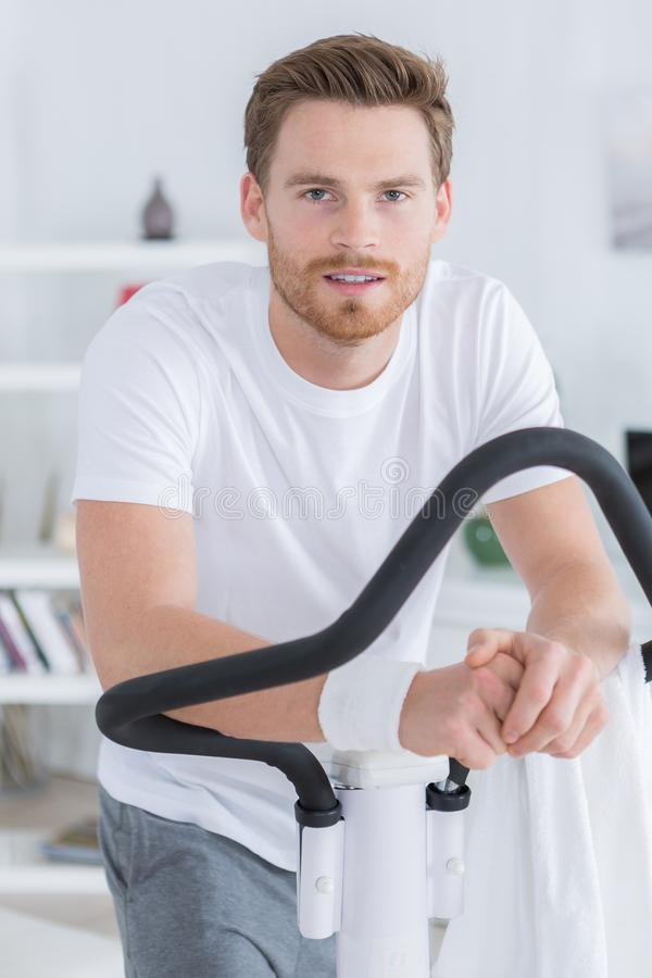 Jonge kerel die op fiets uitoefenen stock afbeelding