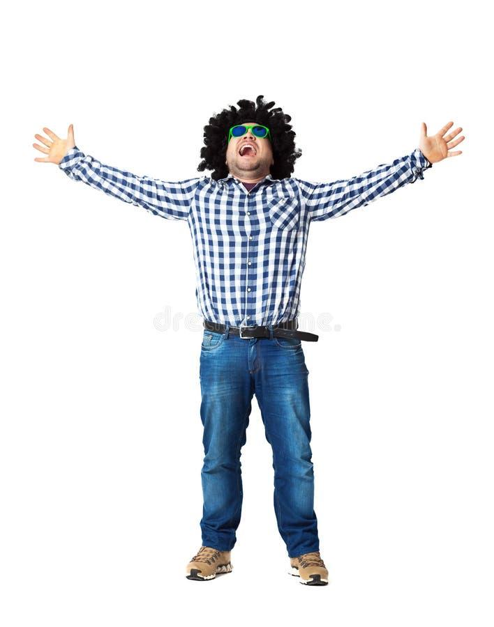 Jonge kerel die pret in zwarte die pruik hebben - op wit wordt geïsoleerd royalty-vrije stock afbeelding