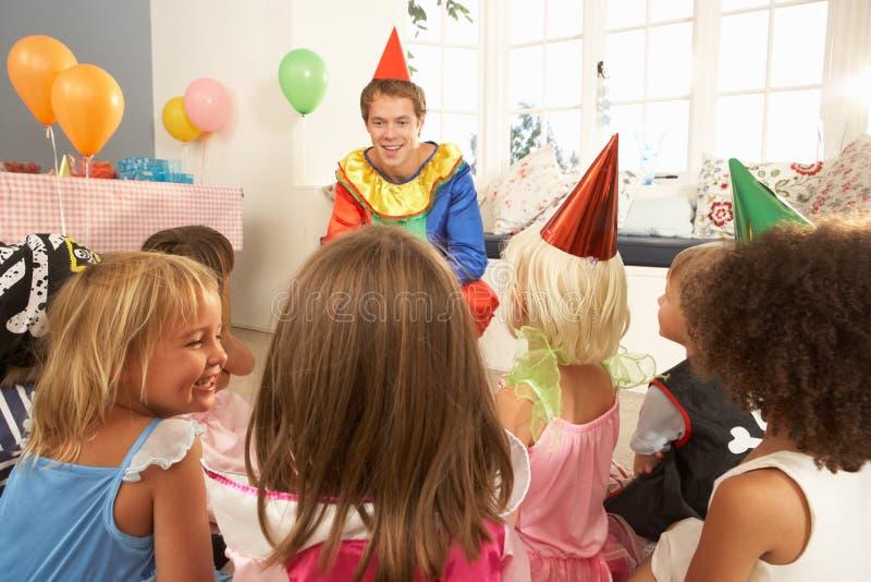 Jonge kinderen die op clown letten stock foto's