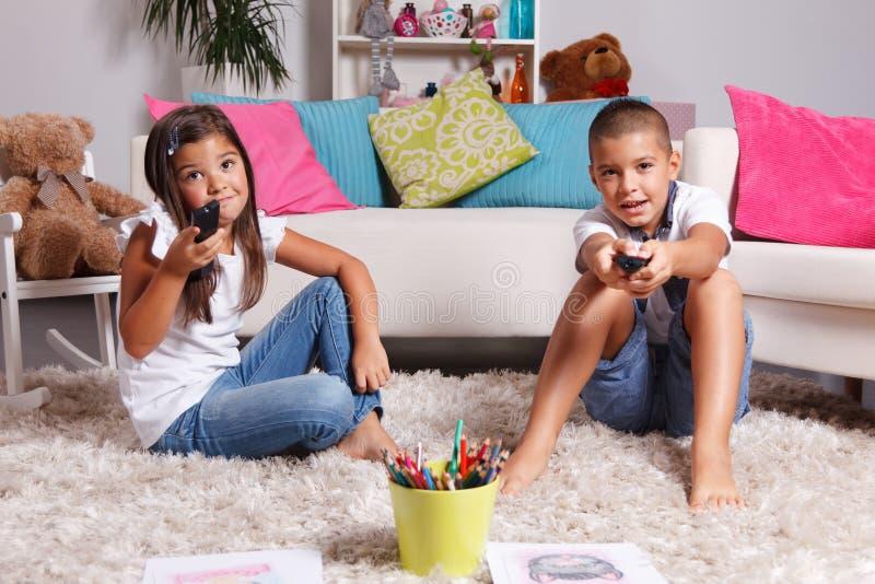 Jonge kinderen die op TV letten royalty-vrije stock foto