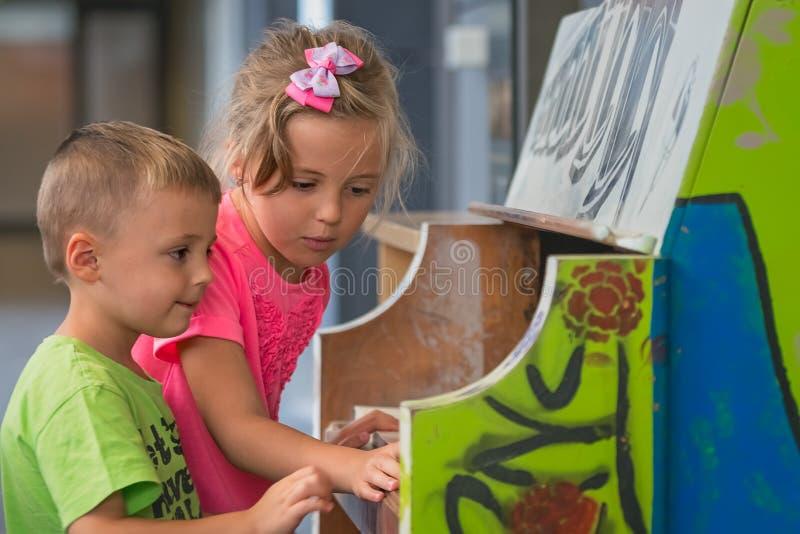 Jonge kinderen die piano spelen royalty-vrije stock afbeelding