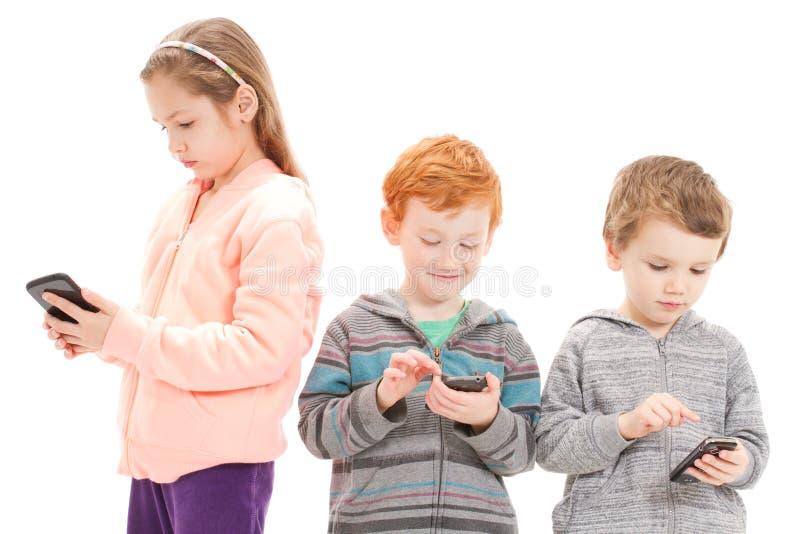 Jonge kinderen die sociale media gebruiken royalty-vrije stock foto