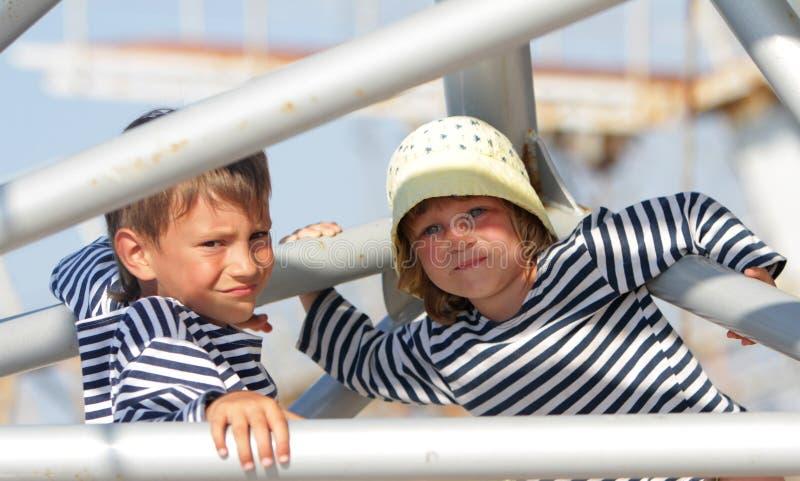 Jonge kinderen op natuurlijke achtergrond stock foto's