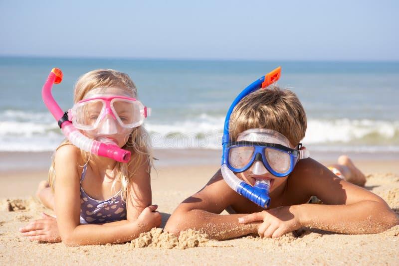 Jonge kinderen op strandvakantie royalty-vrije stock afbeelding