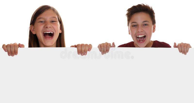 Jonge kinderen of tiener die pret met een leeg teken met mede hebben stock foto's