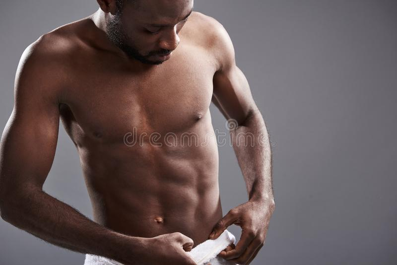 Jonge knappe afro Amerikaanse mens die zijn handdoek aanpassen stock foto's