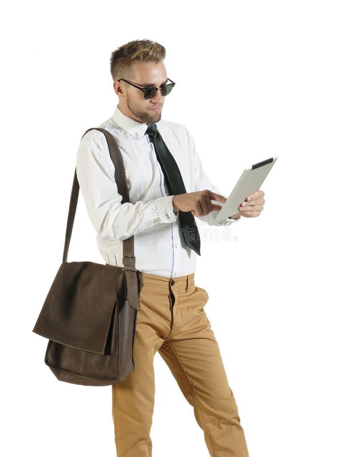 Jonge knappe bedrijfsmens die met digitale tablet werken royalty-vrije stock fotografie
