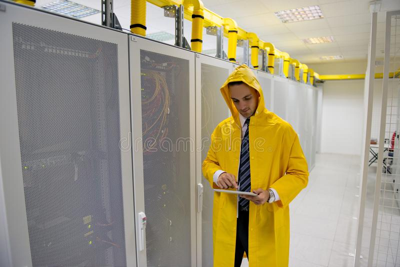 Jonge knappe bedrijfsmenseningenieur in de ruimte van de datacenterserver royalty-vrije stock foto's