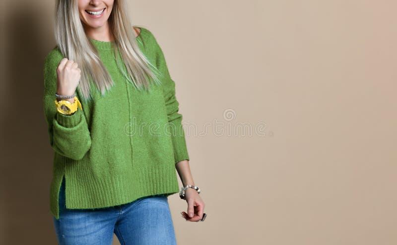 Jonge knappe blondevrouw die en van zijn doelstellingen met het dichtklemmen van vuist verheugen zich genieten royalty-vrije stock foto