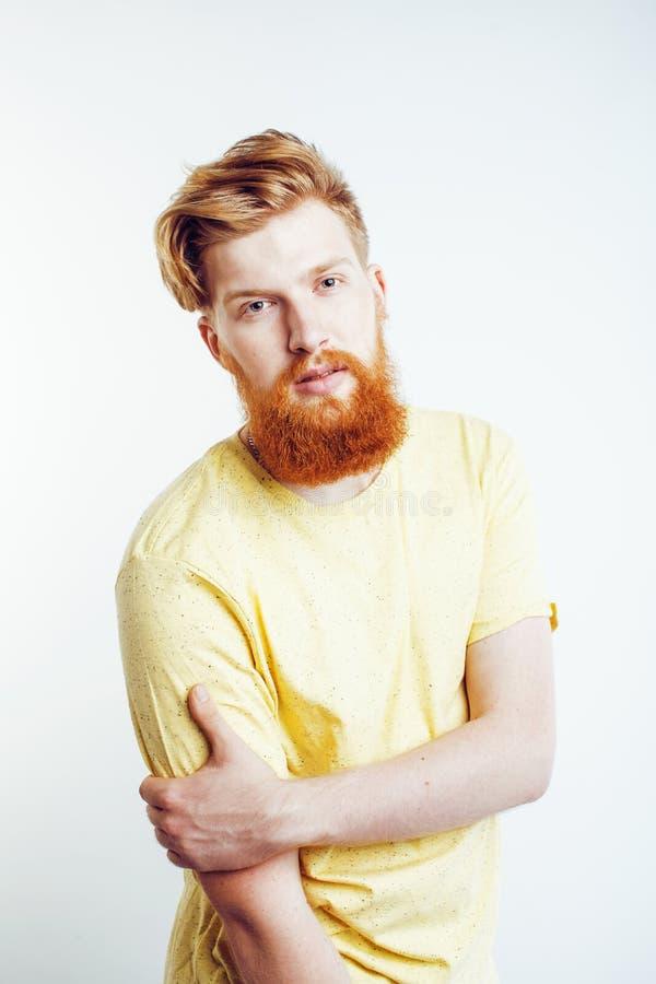 Jonge knappe hipster gebaarde kerel die brutaal geïsoleerd op witte achtergrond, het concept van levensstijlmensen kijken stock fotografie