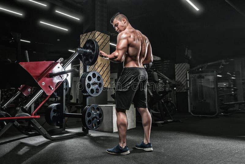 Jonge knappe mannelijke atletenbodybuilder weightlifter, doend exer royalty-vrije stock foto