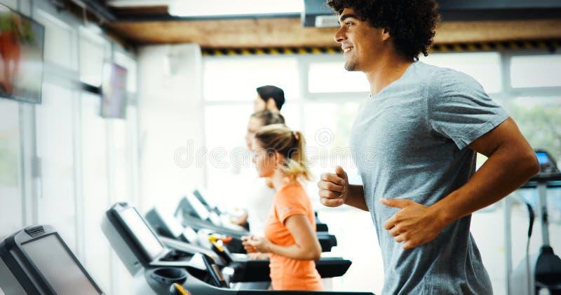 Jonge knappe mens die cardio opleiding in gymnastiek doen stock foto's