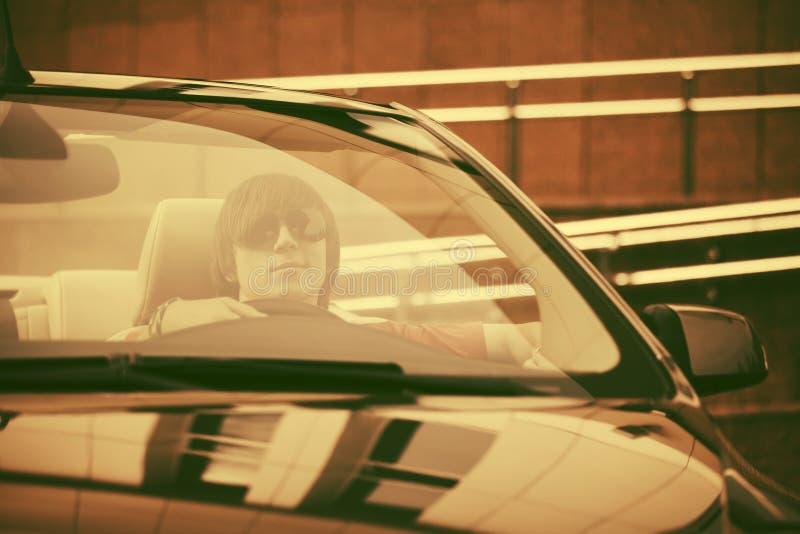 Jonge knappe mens die convertibele auto drijven royalty-vrije stock fotografie