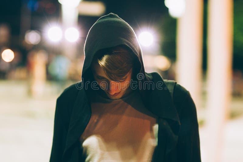 Jonge knappe mens in kap in openlucht stock foto's