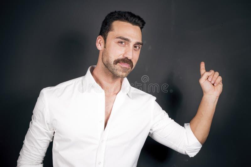 Jonge knappe mens met baard en snorstudioportret stock afbeelding